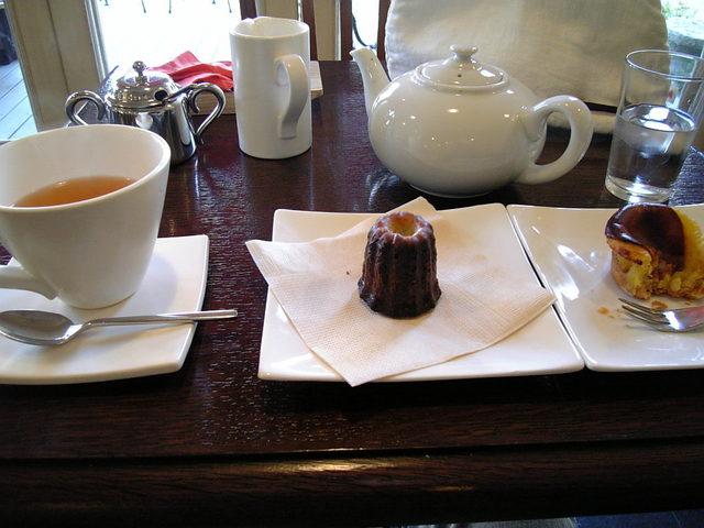 紅茶とカヌレとチーズスフレ