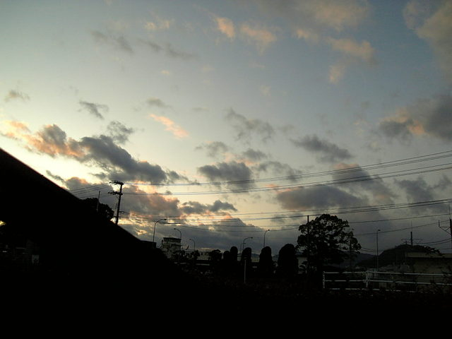 夕焼けに染まる冬雲