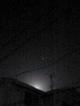 屋根の向こうの月と星